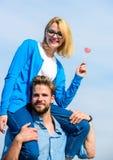 Concept romantique de date Couples dans le jour ensoleillé extérieur de marche d'amour L'homme porte l'amie sur des épaules, fond Photo libre de droits