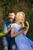 Concept romantique de date et d'amour Le couple dans l'amour étreint extérieur Photos stock
