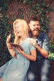 Concept romantique de date et d'amour Le couple dans l'amour étreint extérieur image stock