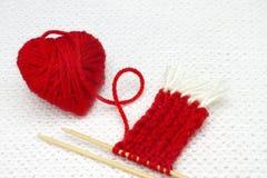 Concept romantique de jour ou de Noël de valentines Coeur rouge fait de fil de laine La boule rouge de fil aiment un coeur et le  Photo stock