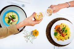 Concept romantique de partie de célébration de pain grillé de date Photographie stock libre de droits