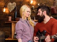 Concept romantique de soirée Les couples dans l'amour passent la soirée romantique en atmosphère chaude Couples dans l'intérieur  Photographie stock