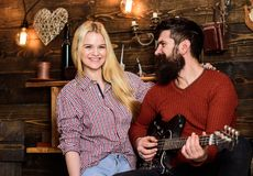 Concept romantique de soirée Les couples dans l'intérieur en bois de vintage apprécient la musique de guitare Madame et homme ave Photos stock