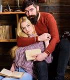 Concept romantique de soirée Madame et homme avec la barbe sur les étreintes rêveuses et la lecture de visages de la poésie roman Image stock