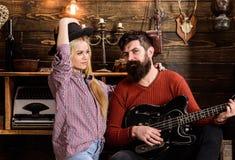 Concept romantique de soirée Madame et l'homme avec la barbe sur les visages heureux étreint et joue la guitare Les couples dans  Photos stock