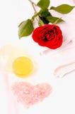 Concept romantique de station thermale de sel de bain de rose de forme de coeur Photographie stock