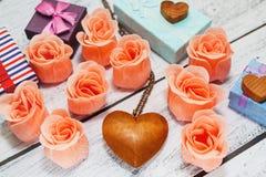 Concept romantique de vacances avec des symboles de l'amour Images stock