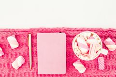 Concept rose de beauté fait de guimauve avec la tasse, le tissu, le stylo et le carnet de cappuccino sur le fond blanc Configurat Photographie stock