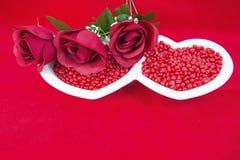 Concept rouge d'amour de plat de coeur de sucrerie de roses de carte de Valentine Photographie stock