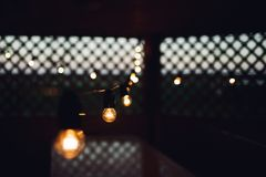 Concept rougeoyant d'unicit? d'ampoule sur la table en bois brune photo libre de droits