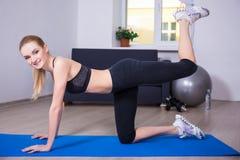 Concept sain de mode de vie - amincissez la femme flexible faisant l'exercice o Photographie stock