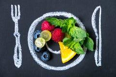 Concept sain de nourriture Organique frais sur une craie a peint le plat de fruit Photographie stock