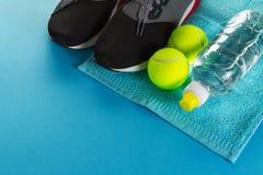 Concept sain de sport de la vie Espadrilles avec des balles de tennis, serviette Photographie stock libre de droits