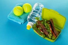 Concept sain de sport de la vie Espadrilles avec des balles de tennis, serviette Image stock
