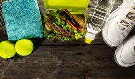 Concept sain de sport de la vie Espadrilles avec la gamelle, la serviette et le B Images stock