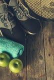 Concept sain de sport de la vie Espadrilles avec les pommes, la serviette et le Bott Photos stock