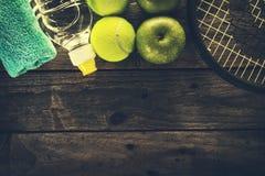 Concept sain de sport de la vie Espadrilles avec les pommes, la serviette et le Bott Photos libres de droits