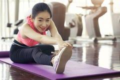 Concept sain de style de vie Exercice faisant femelle sportif d'échauffement photos libres de droits