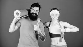 Concept sain de style de vie Homme et femme s'exer?ant avec la corde de tapis et de saut de yoga Exercices de forme physique S?an photo stock