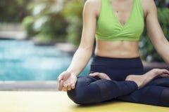 Concept sain de style de vie La pose de pratique de yoga de femme médite photo libre de droits