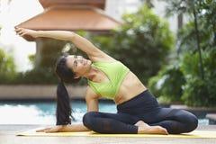 Concept sain et de relaxation Pose de yoga de femme asiatique heureuse ou pilates et se reposer de pratique près de la piscine photos libres de droits