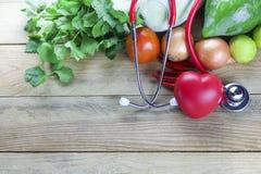 Concept sain, légume et fruit de foyer avec la feuille d'herbe et le docteur d'oreille sur le bois Image stock