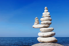 Concept saldo en harmonie Witte rotsen zen op het overzees Royalty-vrije Stock Foto