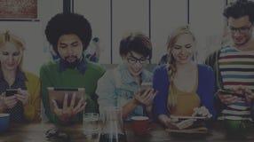 Concept sans fil de communication de personnes de dispositifs divers de Digital photo libre de droits