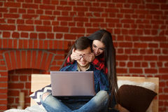 Concept satisfait interdit Ajouter heureux à l'ordinateur portable passant le temps ensemble à la maison, souriant et ayant l'amu Photos stock
