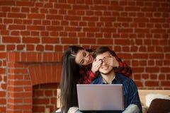Concept satisfait interdit Ajouter heureux à l'ordinateur portable passant le temps ensemble à la maison, souriant et ayant l'amu Photos libres de droits