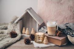 Concept scandinave de style de Hygge avec la tasse de café de crème de latte photographie stock