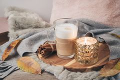 Concept scandinave de style de Hygge avec la tasse de café de crème de latte photos stock
