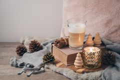 Concept scandinave de style de Hygge avec la tasse de café de crème de latte image libre de droits