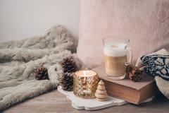 Concept scandinave de style de Hygge avec la tasse de café de crème de latte photos libres de droits