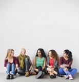 Concept se reposant parlant d'amie d'unité d'amitié de filles Photographie stock libre de droits