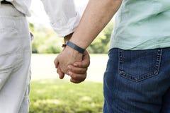 Concept se tenant romantique de main de bonheur plus âgé de couples Photos libres de droits