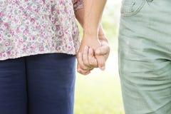 Concept se tenant romantique de main de bonheur plus âgé de couples Photographie stock