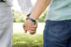 Concept se tenant romantique de main de bonheur plus âgé de couples Image libre de droits