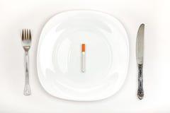 Sigaret op de Plaat van het Diner Stock Afbeeldingen