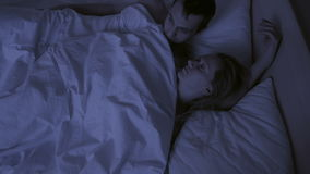 Concept slapeloosheid, de paarworpen in zijn slaap, een hoogste mening stock videobeelden
