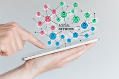 Concept sociaal netwerk om vrienden, families en globaal aantal arbeidskrachten te verbinden stock afbeelding