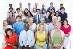 Concept social d'assistance de convention de personnes diverses occasionnelles de groupe Image stock