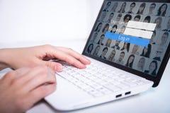 Concept social de media - femme à l'aide de l'ordinateur portable photos stock