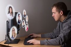 Concept social de media - jeune homme à l'aide d'un ordinateur Photo libre de droits