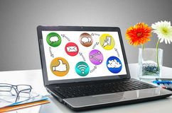Concept social de media sur un écran d'ordinateur portable Photographie stock