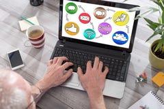Concept social de media sur un écran d'ordinateur portable Photographie stock libre de droits