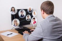 Concept social de réseau - homme d'affaires à l'aide de l'ordinateur dans le bureau Photo stock