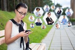 Concept social de réseau - portrait de belle fille d'école ou St images stock