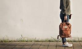 Concept solo de voyage de vacances de voyageuse de femme Photos stock