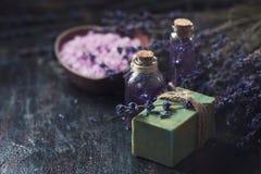 Concept spa θεραπεία Το φυσικό χειροποίητο σαπούνι, φρέσκο lavender ανθίζει με το φυσικό χειροποίητο lavender πετρέλαιο, άλας θάλ Στοκ φωτογραφία με δικαίωμα ελεύθερης χρήσης